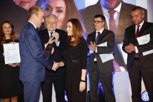 Mec. Sylwia Zarzycka odbiera gratulacje od Ministra Sprawiedliwości Borysa Budki