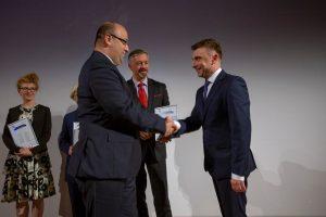 Prawnik Pro Bono 2017 Minister Łukasz Piebiak wręcza nagrodę Prawnikowi Pro Bono 2017 - mec. Mariuszowi Filipkowi/fot. Rzeczpospolita